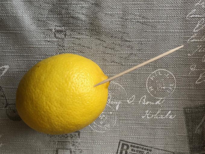 Với một quả chanh to mà mỗi lần chỉ muốn vắt ít một, bạn có thể dùng tăm lớn đâm vào quả rồi bóp. Dùng xong, bạn chỉ cần bịt lại rồi cho vào tủ.