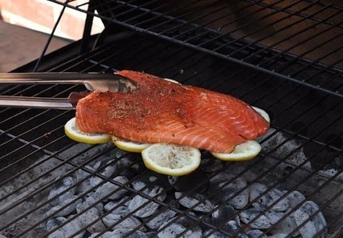 Khi nướng cá trên vỉ nướng, điều khiến nhiều người khó chịu là cá có thể dính vào khay hay ám bụi than. Chiêu nhỏ là bạn hãy rải một lớp chanh phía dưới, đồng thời còn có thể khiến miếng cá thơm hơn nhờ mùi chanh.