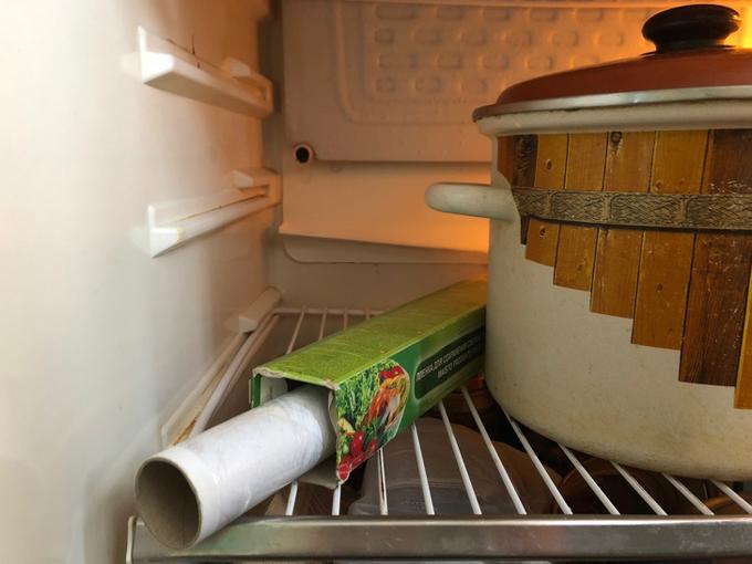 Màng bọc thực phẩm khi để ở ngoài rất dễ bị dính vào nhau. Hãy cho chúng vào tủ lạnh trước khi sử dụng. Việc này không làm giảm độ dính vào bát, đũa mà lại tiện lợi hơn khi sử dụng.