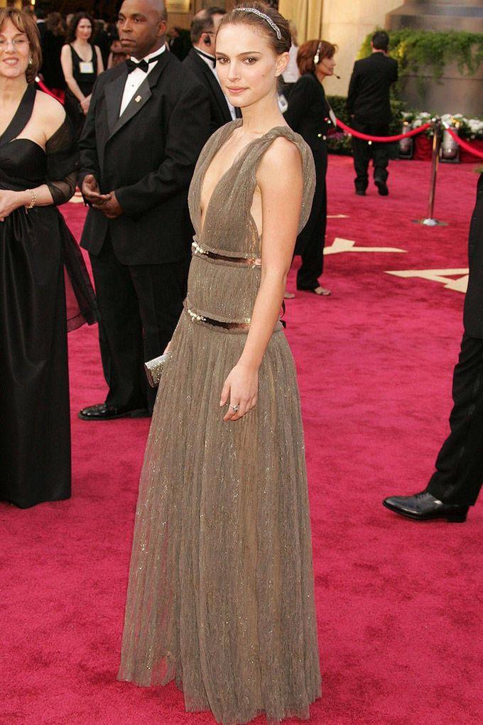 Để vào vai Nina Sayers trong phim Black Swan, Natalie Portman từng ép hơn 10 kg. Thời điểm đó cô chỉ ăn mỗi hạnh nhân và cà rốt.