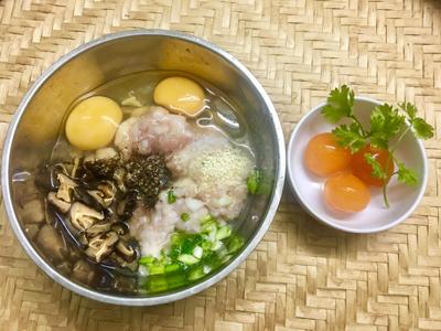Bước 1: Cho thịt vào tô, đập 2 quả trứng vào, thêm phần nấm, 1 lòng đỏ trứng muối cắt nhỏ, hành lá. Nêm vào 1/2 muỗng hạt nêm, 1,5 muỗng nước mắm, 1/2 muỗng đường, tiêu. Trộn đều.