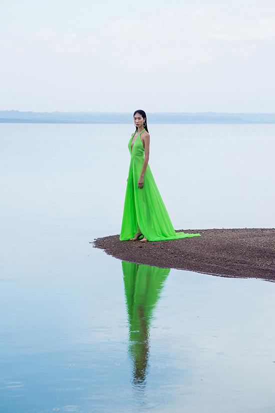Trong bộ sưu tập mới nhất của mình, nhà thiết kế Nguyễn Trường Duy sử dụng các loại vải voan lụa, tơ lụa, chiffon lụa để mang tới các kiểu váy sexy.