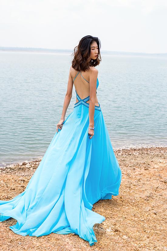 Trên chất liệu vải đơn sắc, nhà thiết kế áp dụng các kỹ thuật đính kết để tạo nên hoạ tiết độc đáo cho váy khoe lưng trần
