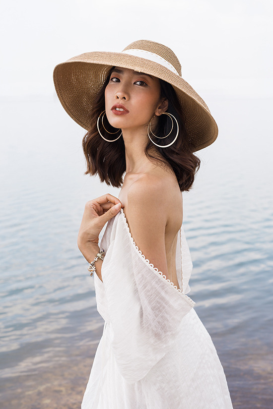 Xu hướng vải trong suốt, váy xuyên thấu đang được ưa chuộng cũng được nhà thiết kế giới thiệu trong bộ sưu tập này.