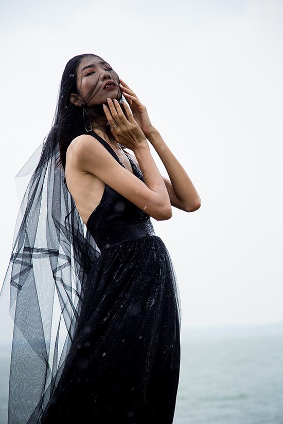 Lụa và voan lưới được kết hợp cùng nhau để mang tới mẫu váy khoe vai gầy đi cùng phần tùng váy bay bổng.