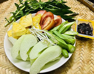 Bước 1: Sơ chế rau - Đậu bắp rửa sạch, cắt xéo - Bạc hà lột vỏ cắt xéo - Cà chua thái múi - Thơm cắt miếng vừa ăn - Rau thơm cắt nhỏ - Tôm rửa sạch, lột vỏ hoặc để nguyên, ướp với 1/2 muỗng hạt nêm.
