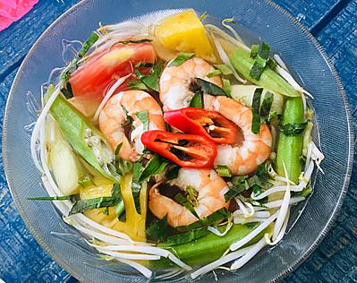 Bước 3: Phần rau củ vừa chín thì tắt bếp cho giá và rau thơm cắt nhỏ vào. Cho canh ra tô, thêm tỏi phi lên mặt, ăn kèm nước mắm ớt.