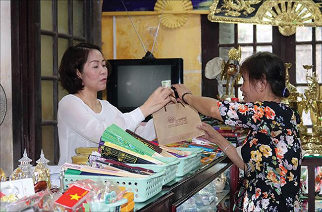 Túi giấy được sử dụng thay cho túi ni lông tại các cửa hàng xung quanh khu di sản Huế.