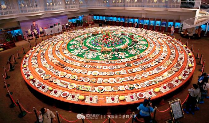 1.Mâm yến tiệc triều đình bằng đá quý rộng 200 m2