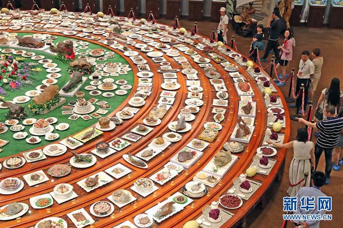 1.Mâm yến tiệc triều đình bằng đá quý rộng 200 m21