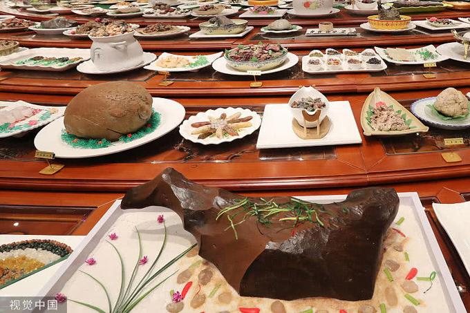 1.Mâm yến tiệc triều đình bằng đá quý rộng 200 m24