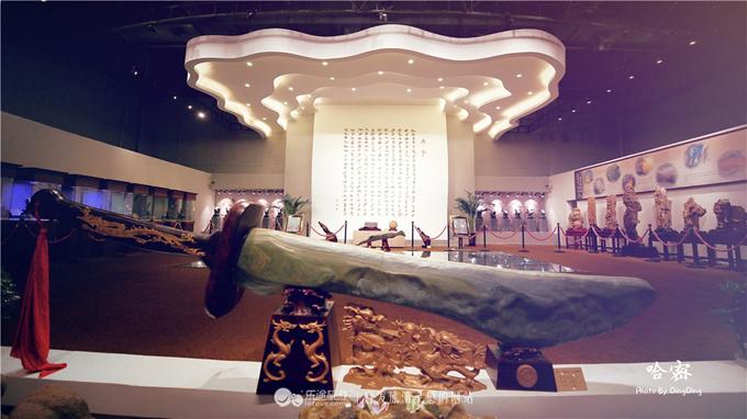 1.Mâm yến tiệc triều đình bằng đá quý rộng 200 m27