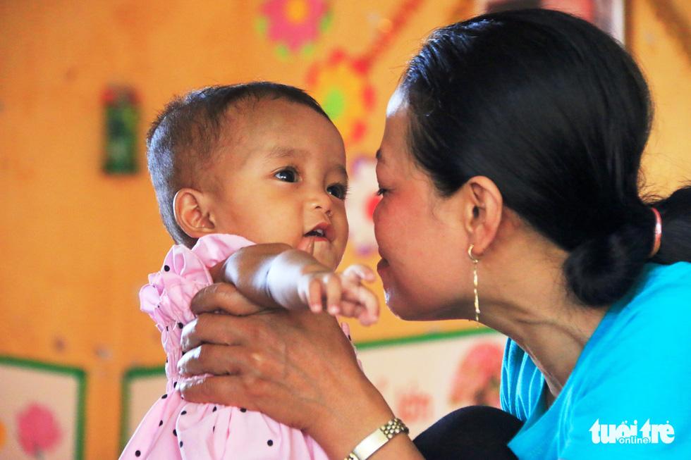"""Bé Su Su đang lớn dần lên trong tình yêu thương của chị Hải, của các """"mẹ hiền"""" ở Trường mầm non Sơn Ca và cả xã hội - Ảnh: NHẬT LINH"""