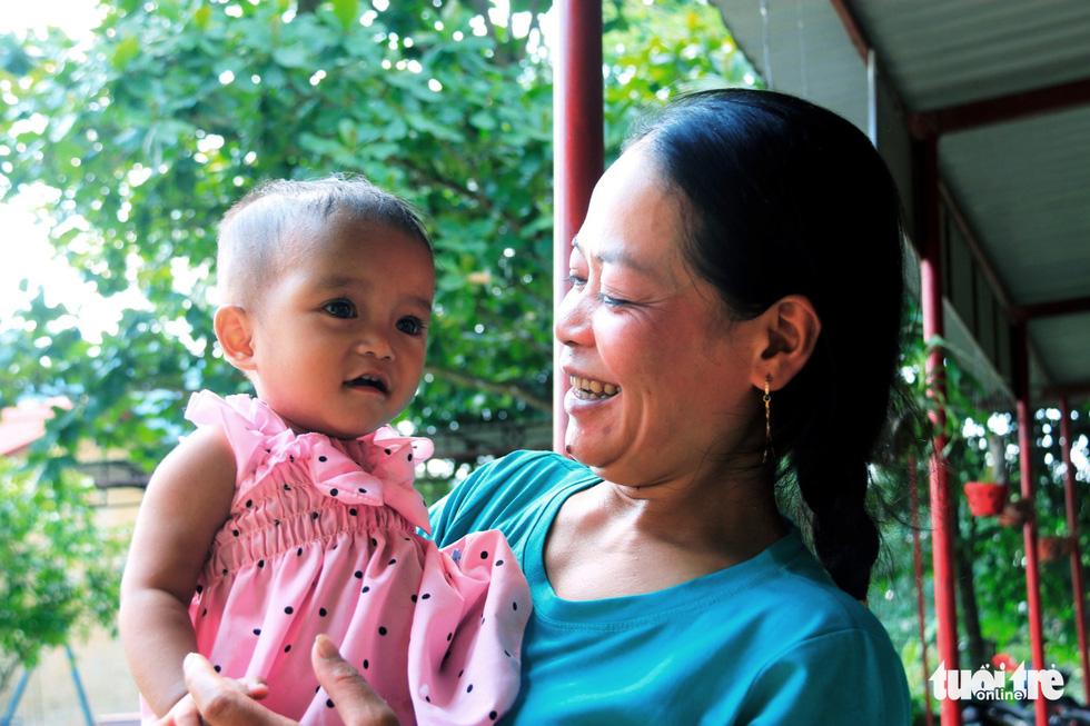 Mẹ Hải và bé Su Su - Ảnh: NHẬT LINH