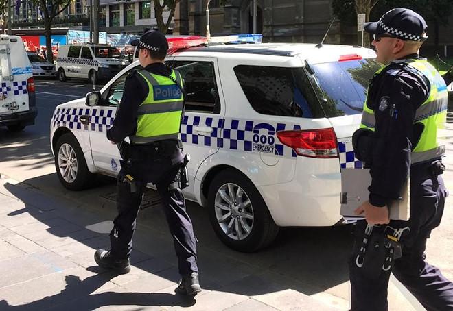 Lực lượng cảnh sát đã truy đuổi và chặn chiếc SUV do các thiếu niên điều khiển Ảnh chụp màn hình Courier Mail