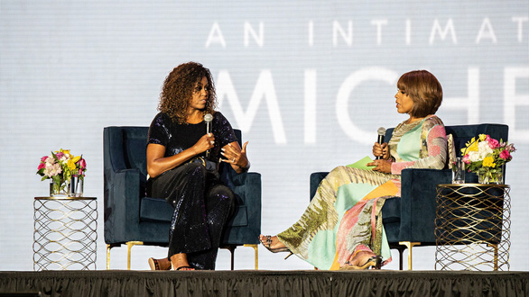 Bà Michelle Obama trao đổi với người dẫn chương trình Gayle King của đài CBS - Ảnh: AP