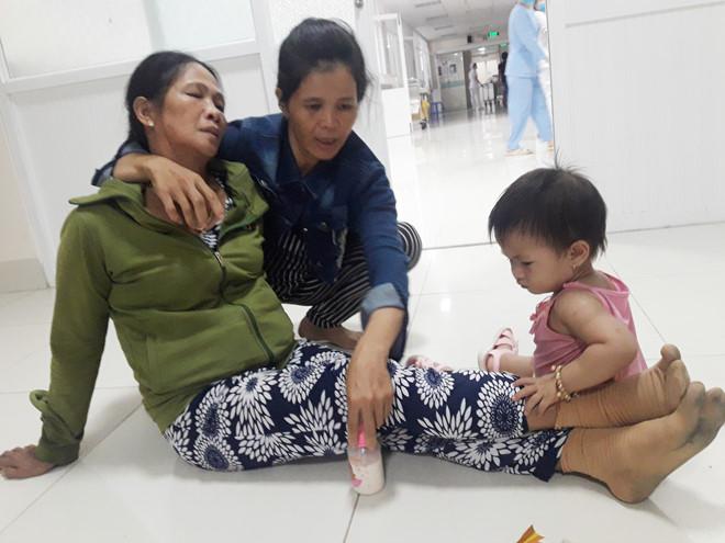 Mẹ (bìa trái) và con đầu của chị Liễu tại bệnh viện vào tối 13.7 Ảnh: Hoàng Trọng