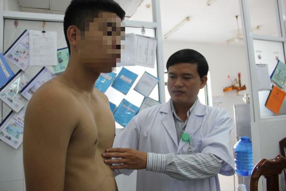 Nhiều trường hợp bị lõm ngực bẩm sinh đến điều trị tại Bệnh viện Đà Nẵng khi hố lõm đã xuất hiện khá sâu - Ảnh: TRƯỜNG TRUNG