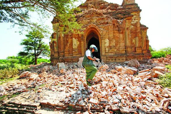 Cảnh hoang tàn tại một ngôi chùa ở Bagan sau trận động đất năm 2017 - Ảnh: REUTERS