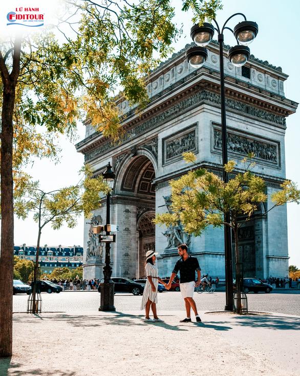 Được rảo bước tay trong tay người thương trên những con phố thơ mộng tại Paris chưa bao giờ thôi lãng mạn. (Nguồn: Shutterstock)