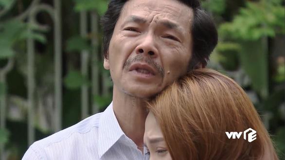 """Cảnh phim xúc động nhất """"Về nhà đi con"""". Nhân vật ông Sơn nói với con gái: """"Con cũng thấy đấy, giờ bố già nua, lẩm cẩm, giáo điều nhưng bố có tình yêu, tình yêu và một ngôi nhà để bất cứ lúc nào các con cũng có thể trở về"""" - Ảnh chụp màn hình"""