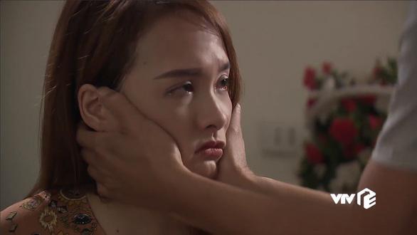 Cảnh ông Sơn ôm lấy gương mặt con gái Anh Thư, rồi bước vào phòng là một trong những cảnh xúc động trong tập 70 - Ảnh chụp màn hình
