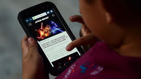 Giới hạn thời gian trẻ xem tivi, sử dụng điện thoại, máy tính... giúp trẻ duy trì sức khỏe