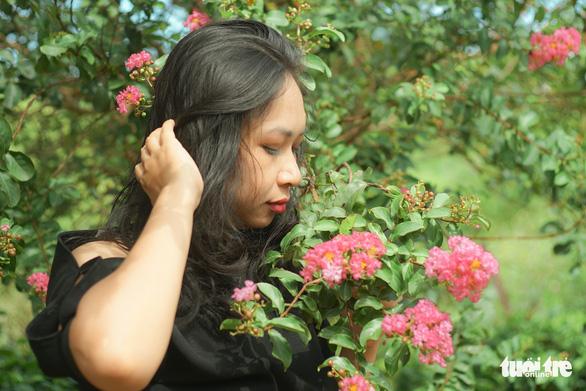 Với vẻ đẹp dịu dàng con đường hoa này nhanh chóng chiếm được cảm tình của những thiếu nữ Hà Thành - Ảnh: NGUYỄN HIỀN