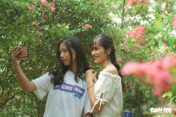 Bạn Trịnh Thị Huyền (bên phải) cùng bạn bè lưu lại những khoảnh khắc tuyệt vời cùng loài hoa tượng trưng cho sự chung thủy trong tình yêu