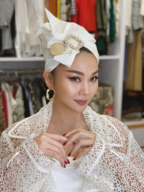 Ngoài phong cách thời trang, thì chính những chia sẻ mặn như nước biển đã giúp siêu mẫu Thanh Hằng kéo fan theo dõi trang cá nhân của mình.
