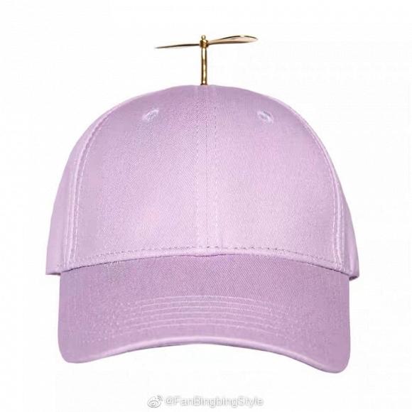 Chiếc mũ màu hồng có gắn chong chóng trẻ mà kiều nữ họ Phạm sử dụng.