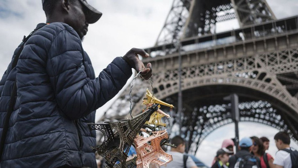 Họ có vài chục người chuyên rao bán các sản phẩm lưu niệm nhỏ gọn, mà chủ yếu là mô hình tháp Eiffel, và sẽ nhanh chân tẩu thoát khi thấy bóng dáng cảnh sát xuất hiện - Ảnh: LP/Arnaud Dumontier