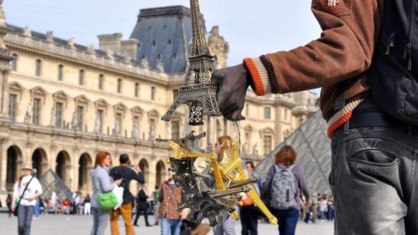 Một mô hình tháp Eiffel cỡ lớn được chào bán cho du khách - Ảnh: LP/J.V.