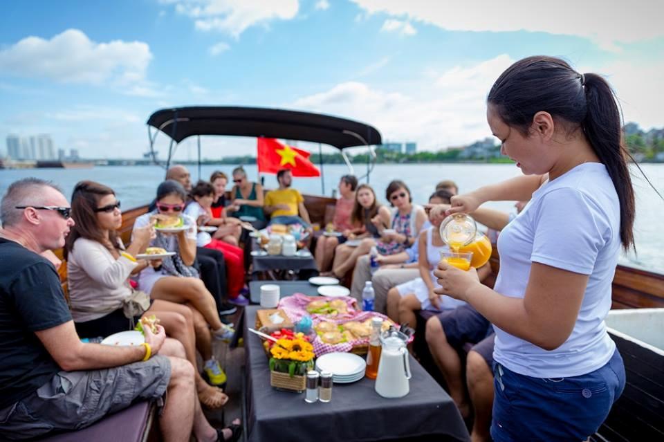 Con tàu thứ 3 của vợ chồng chị Hạnh trở thành một trong những nét đặc trưng du lịch trên sông Sài Gòn_NVCC