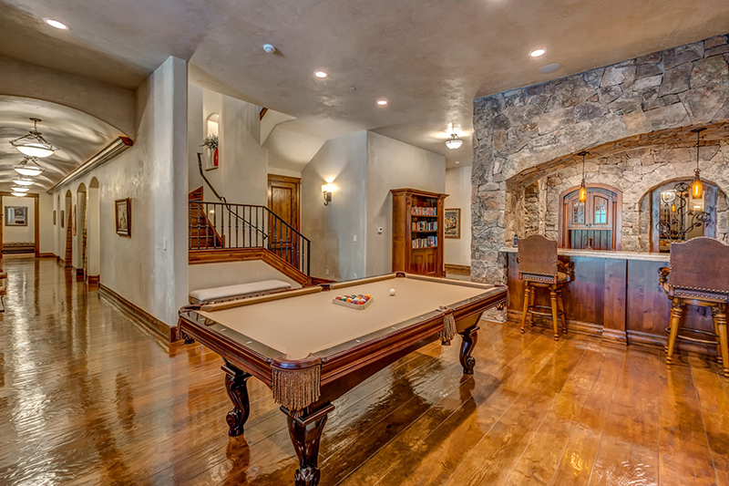 Thiết kế phòng khách nhà biêt thự cao cấp cuốn hút, nét đẹp sang trọng Châu Âu được điểm tô thêm sắc thái với chiếc bàn Billiard phong cách quý tộc.