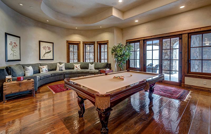 Bàn Billiard kết hợp cùng không gian sofa, một góc nhìn tuyệt vời cho những khán giả thưởng thức các trận đấu trí tuệ của những người mạnh mẽ.