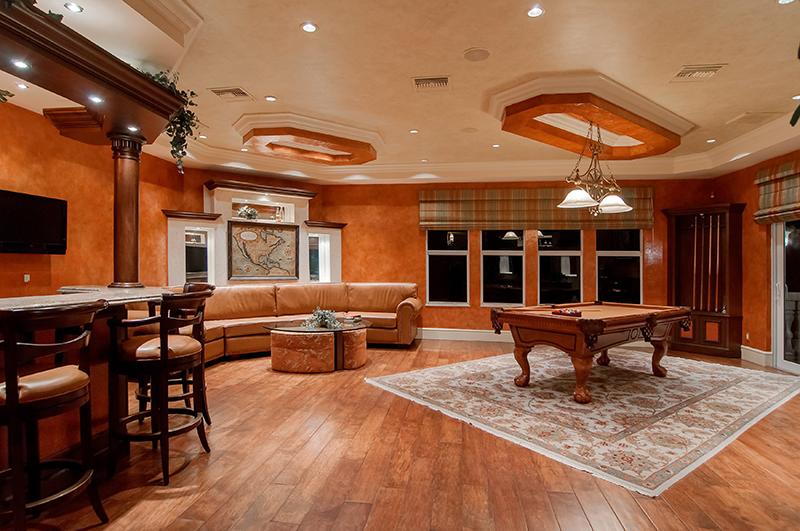 Nếu bạn sở hữu một mẫu thiết kế phòng khách biệt thự đẹp, sang trọng, cao cấp, phong cách Châu Âu, chọn một bàn Billiard ở giữa căn phòng đúng là một thiết kế quá tuyệt vời.