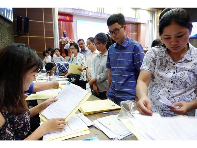 Thí sinh trúng tuyển làm thủ tục nhập học tại Trường ĐH Kinh tế TP.HCM Đào Ngọc Thạch