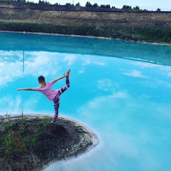 Một người dùng Instagram tạo dáng bên chiếc hồ - Ảnh chụp màn hình Instagram