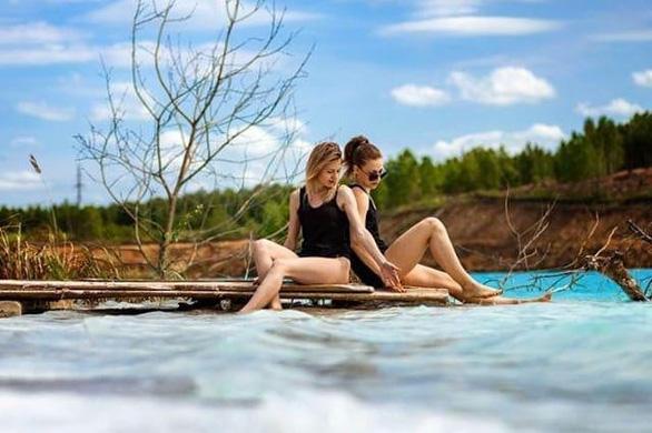 Hai cô gái ngồi vọc nước, ngâm chân - Ảnh chụp màn hình Instagram