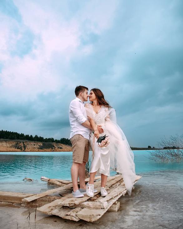 Nhiều cặp đôi chụp ảnh lãng mạn tại hồ nước - Ảnh chụp màn hình Instagram