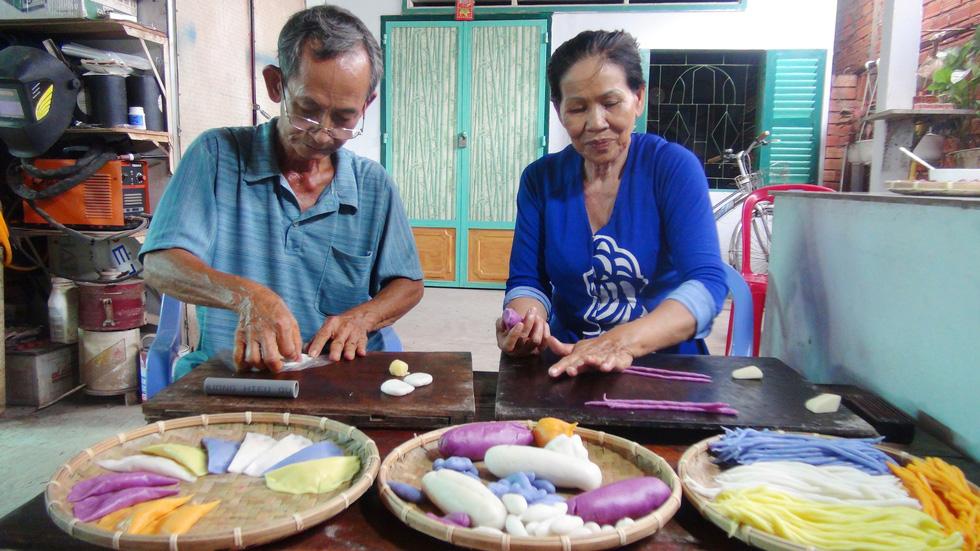 Suốt hơn 40 năm, hai vợ chồng ông Trung đã nâng niu giữ gìn cách làm bánh dân gian truyền thống - Ảnh: MINH TÂM