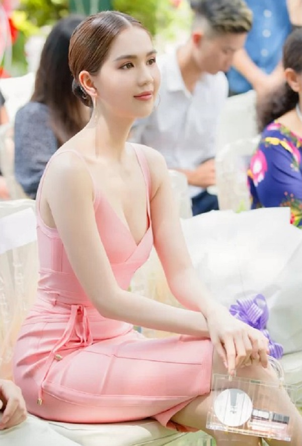 6.Bộ sưu tập hàng hiệu toàn màu hồng của Ngọc Trinh
