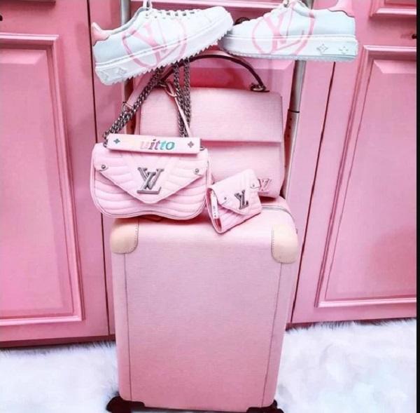 6.Bộ sưu tập hàng hiệu toàn màu hồng của Ngọc Trinh1