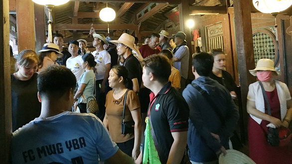 Dù có quy định mỗi đoàn khách lên cầu không quá 40 người nhưng có những thời điểm trên thân chùa Cầu khách nêm chật kín, lên tới gần trăm người - Ảnh: B.D.