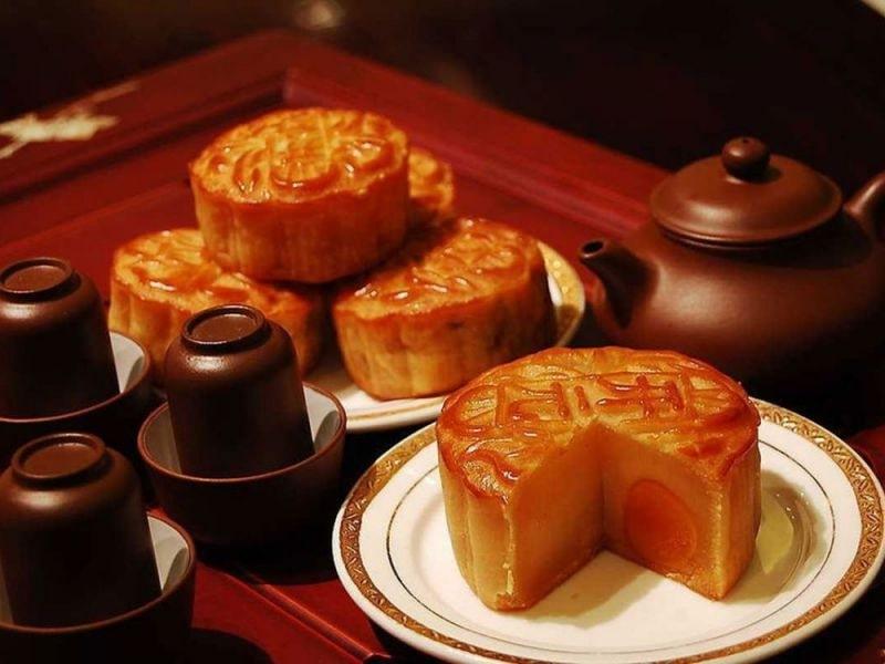 Bánh trung thu bên tách trà trong đêm trăng đúng điệu