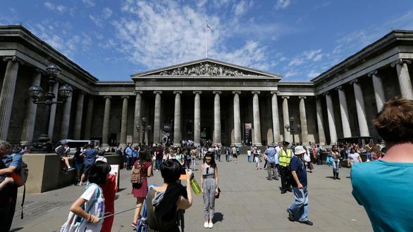 Các du khách qua lại bên ngoài Bảo tàng Anh tại Bloomsbury, London (Anh) - Ảnh: AP