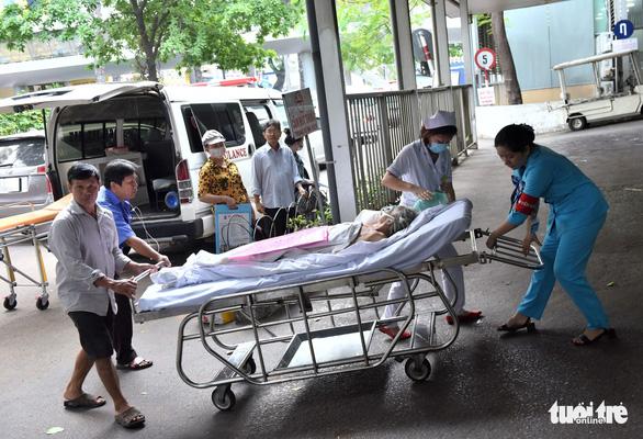 Bệnh nhân được chuyển vào khoa cấp cứu Bệnh viện Chợ Rẫy (Q.5, TP.HCM) - Ảnh: DUYÊN PHAN