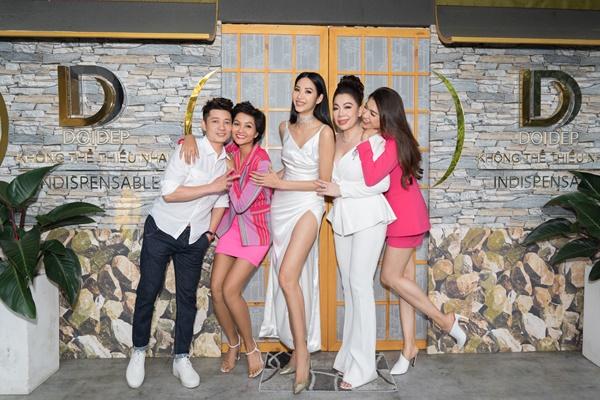 Ban Giam Khao va Hoang Thuy (4)