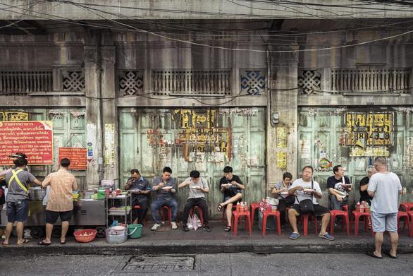 Một cửa hàng thức ăn đường phố ở Bnag Kok - Ảnh: Bangkok Post